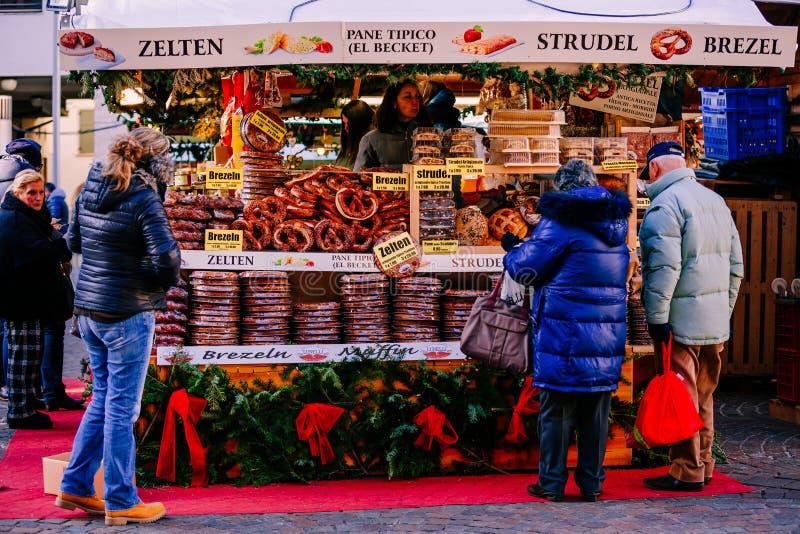 Ciambelline salate, strudel ed altri prodotti tipici al mercato tradizionale di Natale Alto Adige, Italia immagini stock