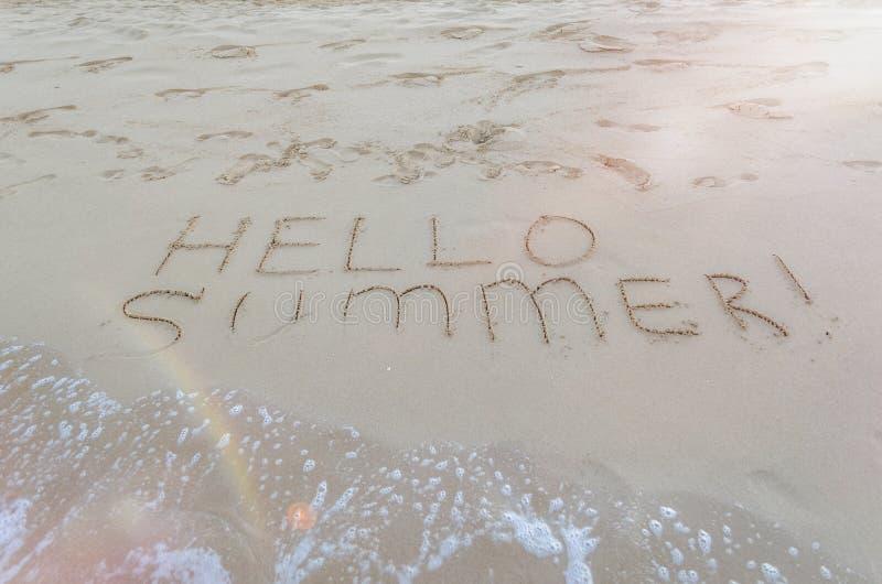 Ciao estate scritta sulla spiaggia fotografia stock