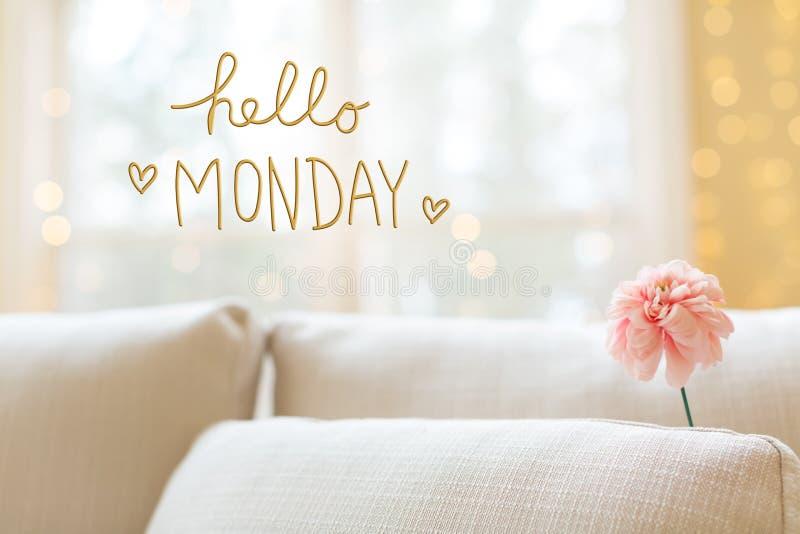 Ciao messaggio di lunedì con il fiore in sofà interno della stanza immagine stock libera da diritti