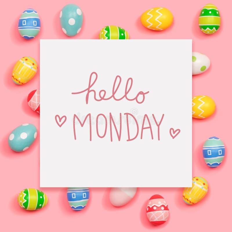 Ciao messaggio di lunedì con le uova di Pasqua fotografie stock