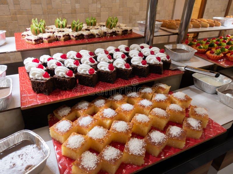 Ciasta, ciasta na stole w restauraci Hotelowy wnętrze, bufeta stół, deser, wszystko obejmujący obraz royalty free
