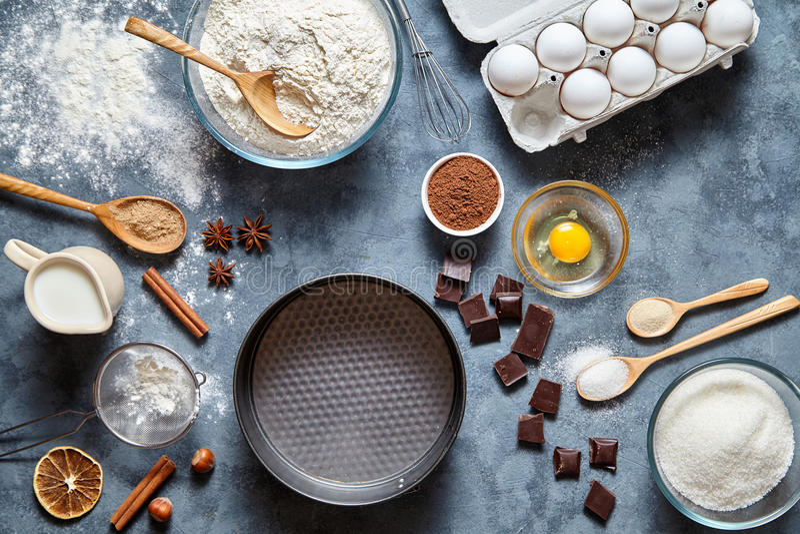 Ciasta przygotowania przepisu chleba, pizzy, makaronu lub kulebiaka ingridients, karmowy mieszkanie kłaść na kuchennego stołu tle fotografia stock