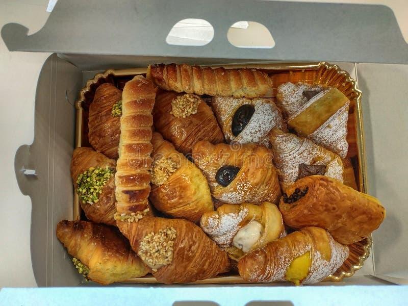 Ciasta pudełko wypełniał z cannoli, croissants i croissants, zdjęcie royalty free