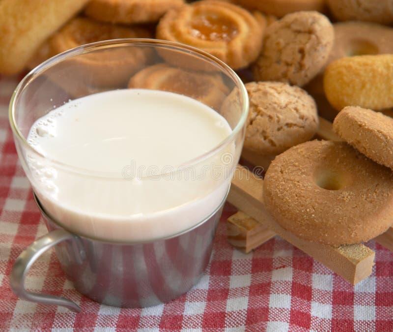 ciasteczka zboża kubki mleka fotografia stock