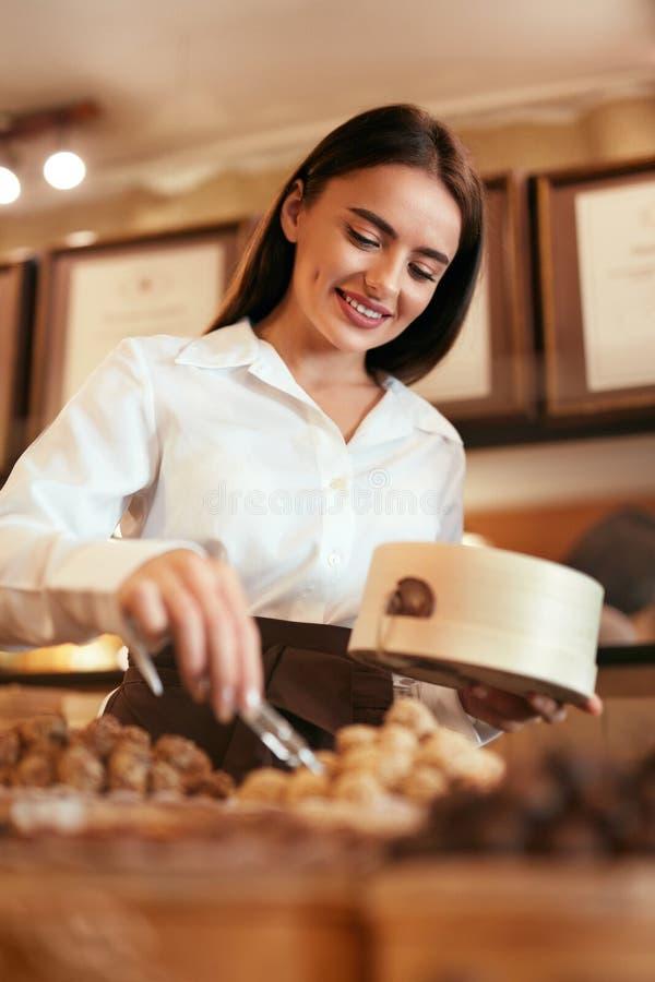 ciasteczko Kobieta Sprzedaje Czekoladowych cukierki W sklepie obrazy royalty free