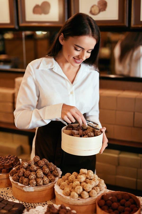 ciasteczko Kobieta Sprzedaje Czekoladowych cukierki W sklepie obraz stock