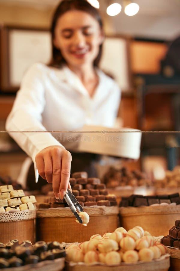 ciasteczko Kobieta Sprzedaje Czekoladowych cukierki W sklepie zdjęcie royalty free