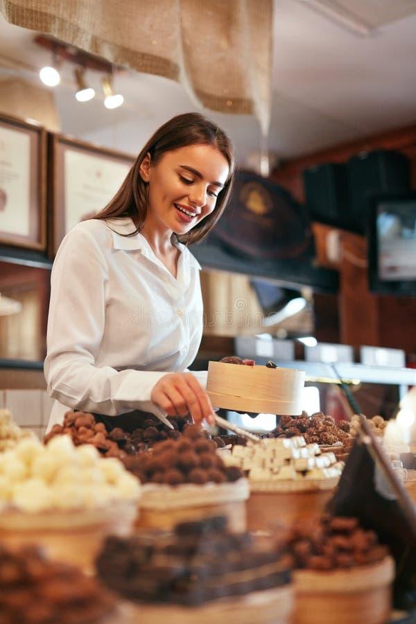 ciasteczko Kobieta Sprzedaje Czekoladowych cukierki W sklepie zdjęcia stock