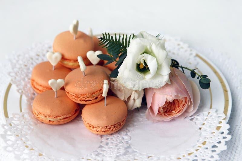 Ciastka i butonowe z różami obrazy royalty free