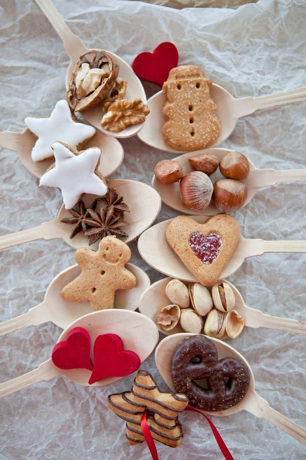 Ciastka i dokrętki dla bożych narodzeń na drewnianych łyżkach obraz royalty free