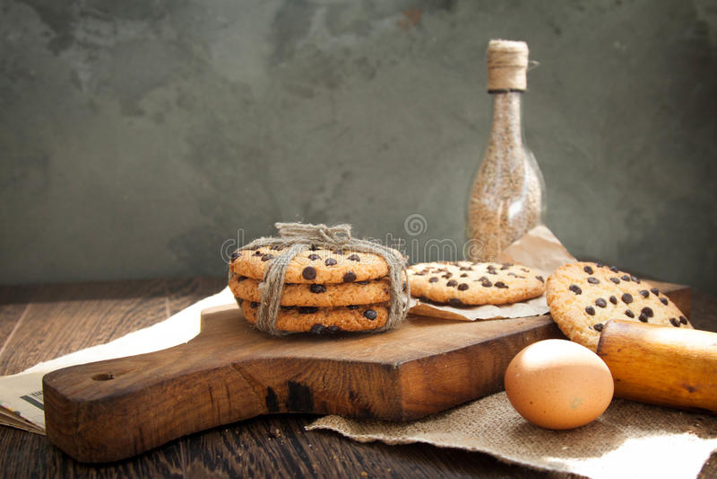 Ciastka i jajko na stole obrazy royalty free