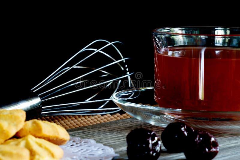 Ciastka i truskawki herbata w Czarnym tle fotografia royalty free