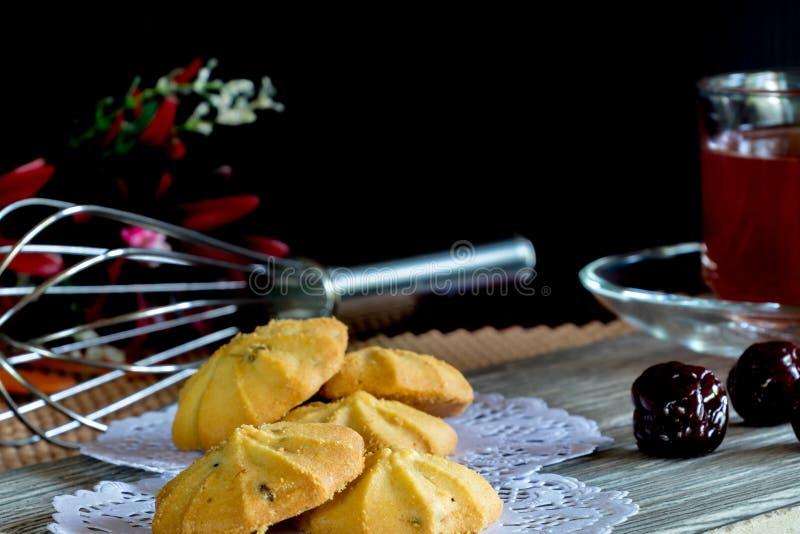 Ciastka i truskawki herbata w Czarnym tle fotografia stock