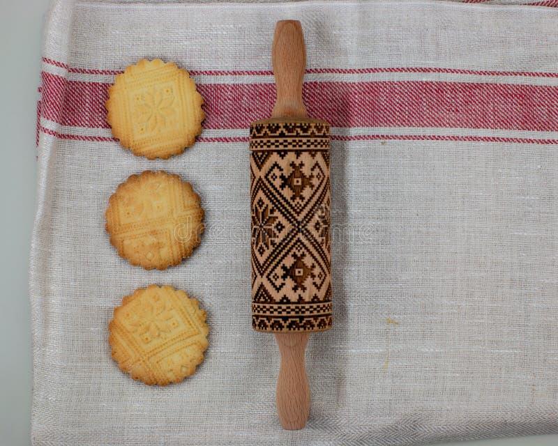 Ciastka robi pojęciu, embossing rolownik, przygotowywają wzorzystego shortbread, odgórny widok, fotografia royalty free