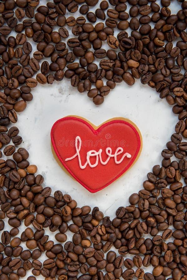 Ciastka serce i ramy serce od kawowych fasoli odgórnego widoku obraz stock