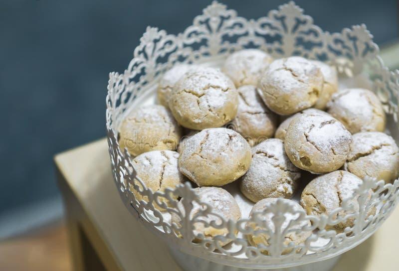 Ciastka stoi w metalu kulebiaka talerzu pokrywającym z sproszkowanym cukierem i więcej obrazy royalty free