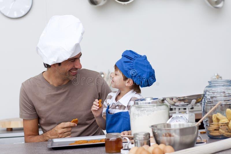 ciastka target1616_1_ ojca dom robić uśmiechniętego syna obrazy royalty free