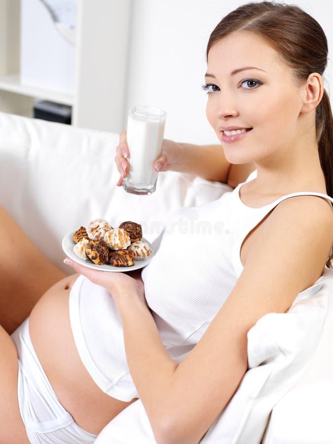 ciastka target237_1_ dojnej ciężarnej słodkiej kobiety obraz royalty free