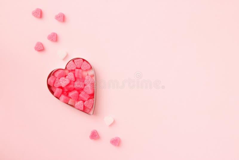 Ciastka w kształcie serca z konfetti na różowym tle pastelu Karta Concept Valentine Widok z góry, ilość miejsca na tekst fotografia royalty free