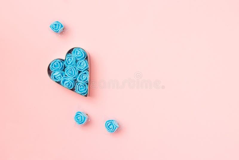 Ciastka w kształcie serca z niebieskimi różyczkami na różowym tle Karta Concept Valentine Widok z góry, ilość miejsca na tekst obraz stock