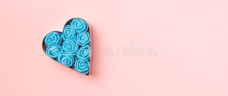 Ciastka w kształcie serca z niebieskimi różyczkami na różowym tle Karta Concept Valentine Widok z góry, ilość miejsca na tekst zdjęcie stock