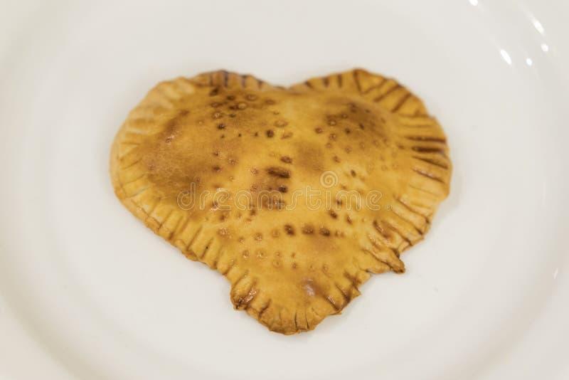 Ciastka w postaci serca na białym talerzu wypiekowy domowej roboty obszyty dzień serc ilustraci s dwa valentine wektor zdjęcia stock