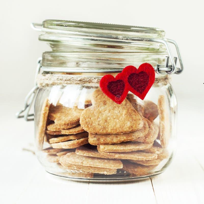 Ciastka w słoju Dekorującym z Dwa Czerwonymi sercami zdjęcie stock