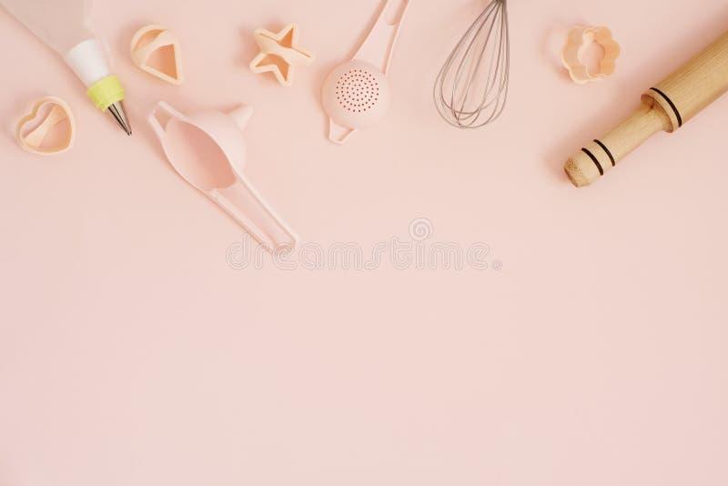 Ciastko kuchnia i krajacze piec narzędzia dla robić cukierki Pastelowych menchii tło Odgórny widok wakacyjny pieczenia wciąż życi obraz royalty free