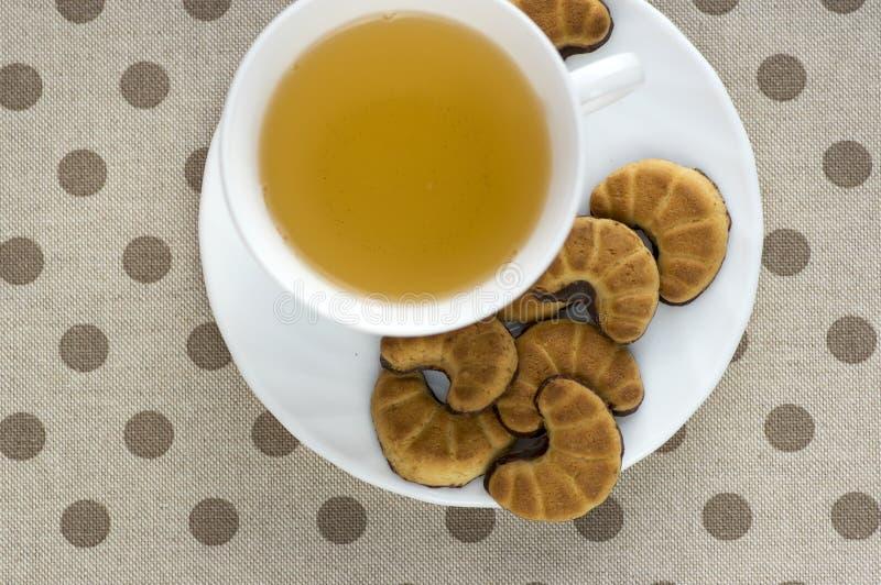 Ciastko rolki na bielu talerzu, smakowici czekoladowi cukierki dla herbacianej przerwy zdjęcie stock