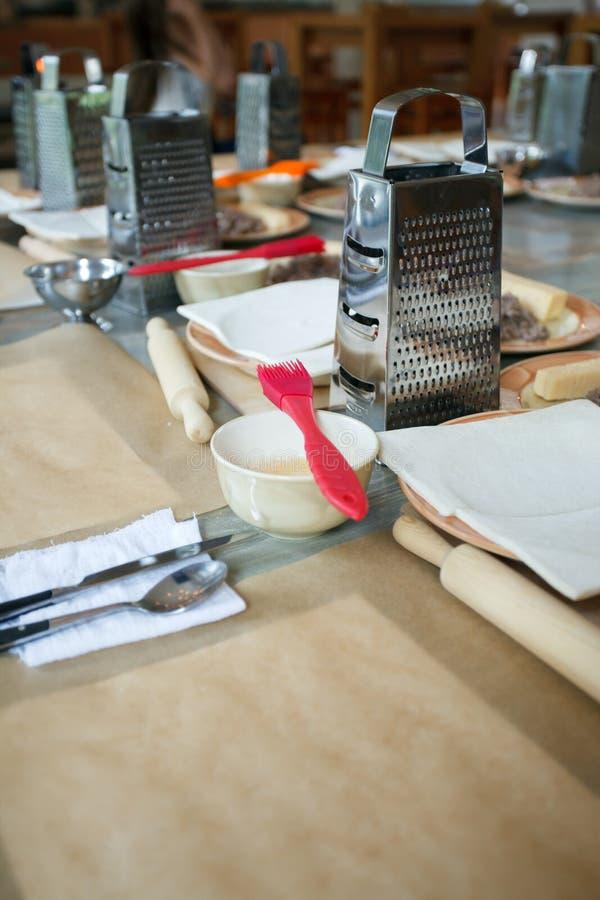 Ciasto i naczynia dla kulinarnych klas na drewnianym stole, pojęcie kulinarna klasa zdjęcie royalty free