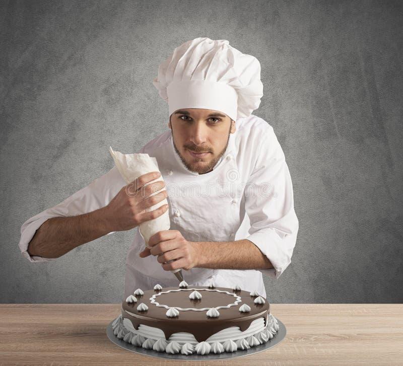 Ciasto kucharz przygotowywa tort zdjęcie stock