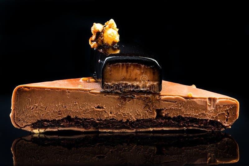 Ciasto pustynne Artisan Monoportion Patisserie na czarnym tle obrazy royalty free