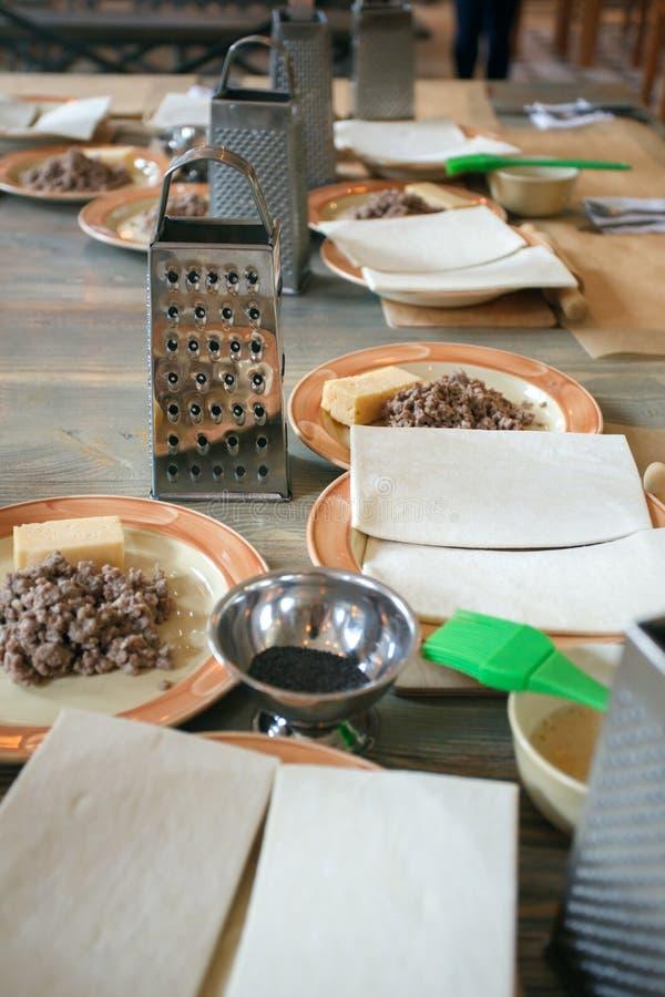 Ciasto, smażący siekający mięso i naczynia dla kulinarnych klas na drewnianym stole, pojęcie kulinarna klasa obraz stock