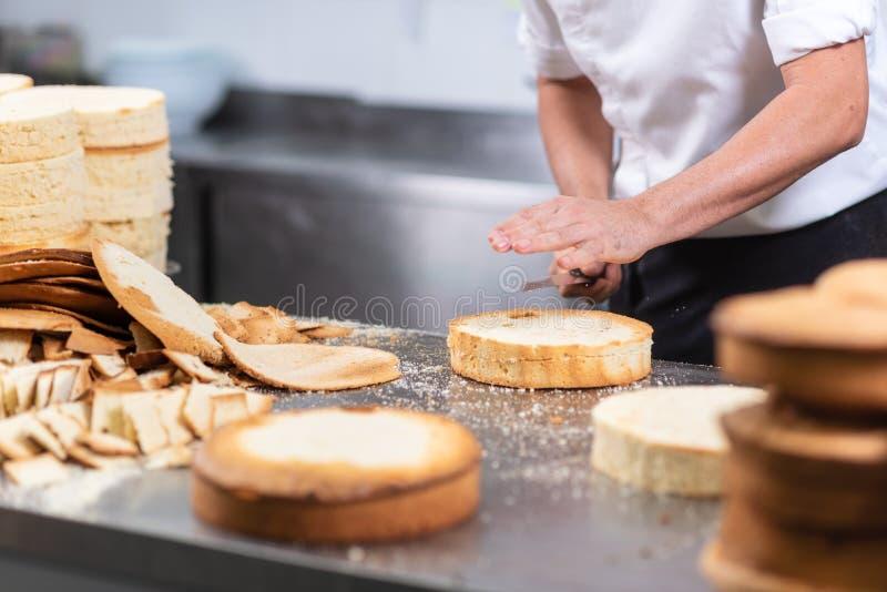 Ciasto szef kuchni ciie gąbka tort na warstwach Tortowy proces produkcji obraz royalty free