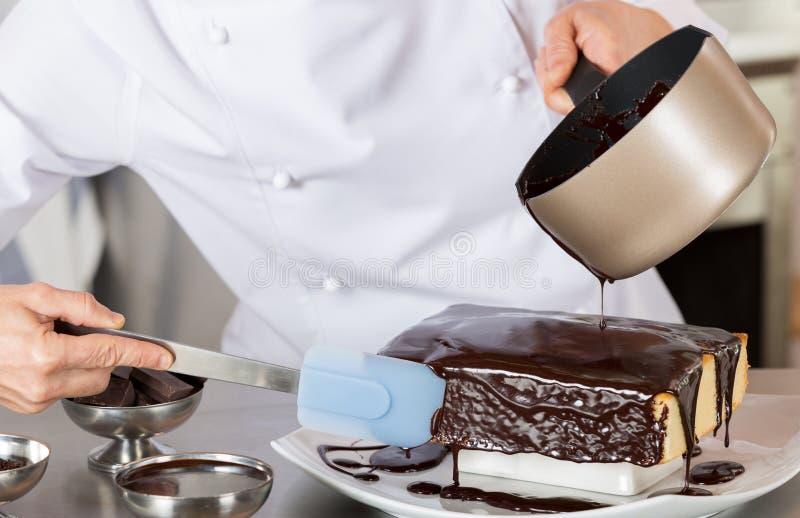 Ciasto szef kuchni w kuchni zdjęcie stock