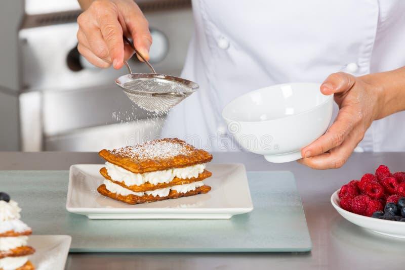 Ciasto szefa kuchni dekorować zdjęcia royalty free