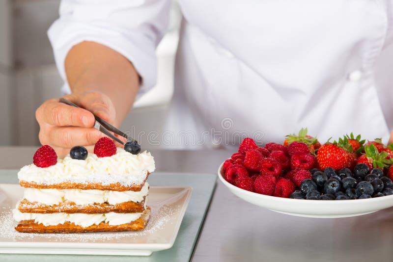Ciasto szefa kuchni dekorować obraz stock