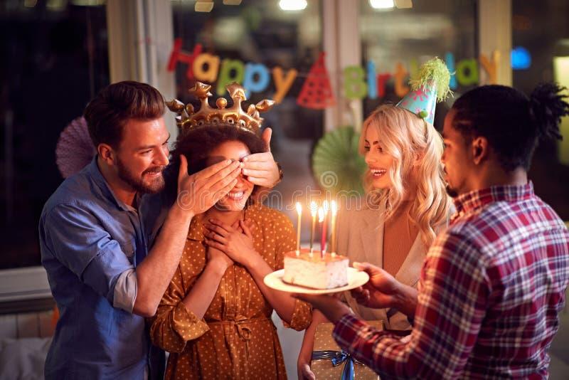 Ciasto urodzinowe dla dziewczyny urodzinowej obraz royalty free