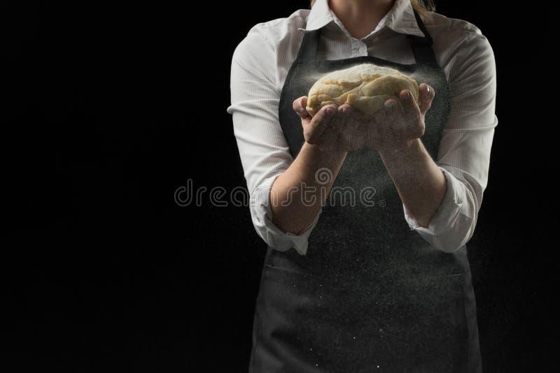 Ciasto w rękach chef& x27; s szef z mąką na ciemnym tle sztandar obrazy stock