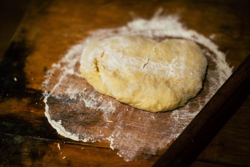 Ciasto z mąką na deskach zdjęcia royalty free