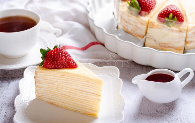 Ciasto z truskawkami serwowane herbatą zdjęcia stock