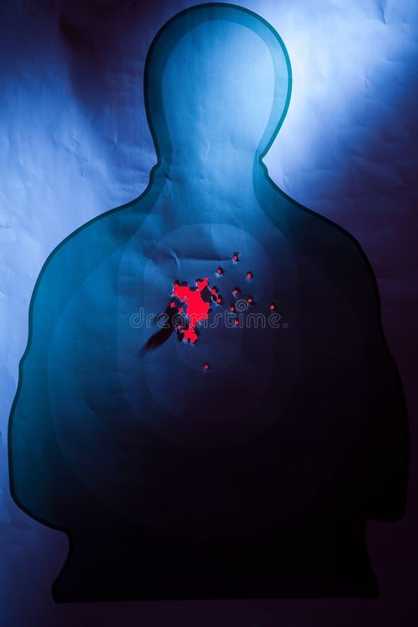 Cible de silhouette avec des trous de balle dans au centre de la masse photographie stock