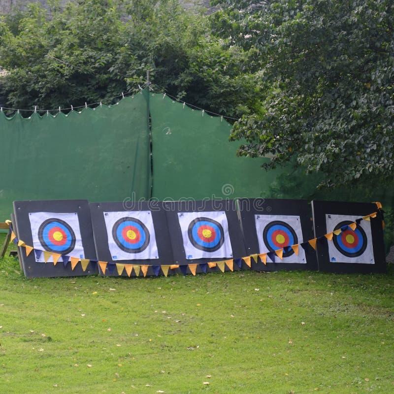 Cibles de tir à l'arc dehors avec le grand chapiteau vert images stock