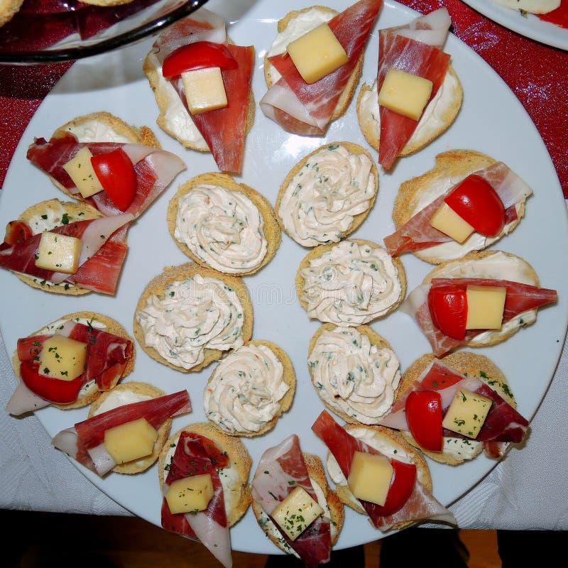 Cibo da mangiare con le mani con cresciuto, prosciutto, formaggio e crema fotografie stock