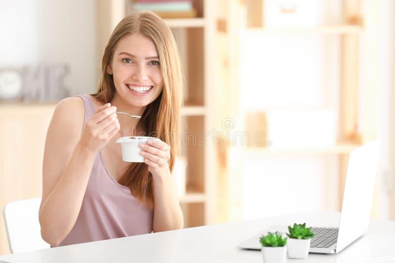 cibo dei giovani del yogurt della donna fotografie stock libere da diritti
