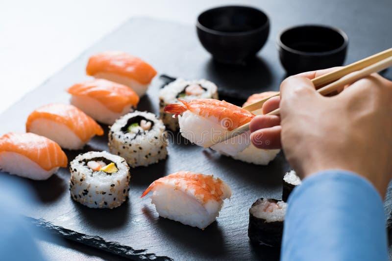 cibo dei sushi dell'uomo fotografia stock