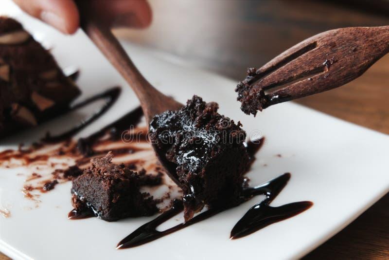 Cibo del brownie del cioccolato con il cucchiaio e la forchetta di legno immagine stock libera da diritti