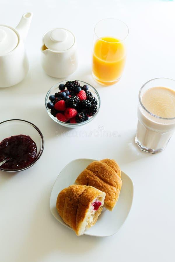 Cibo del caffè del croissant del caffè fotografie stock