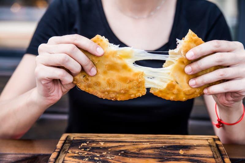 Cibo del khachapuri georgiano tradizionale del pane immagini stock
