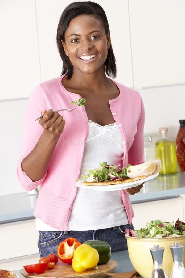 cibo della donna del pasto della cucina immagini stock